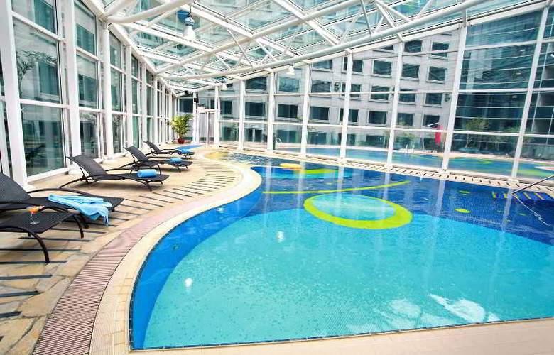 Regal Airport - Pool - 9