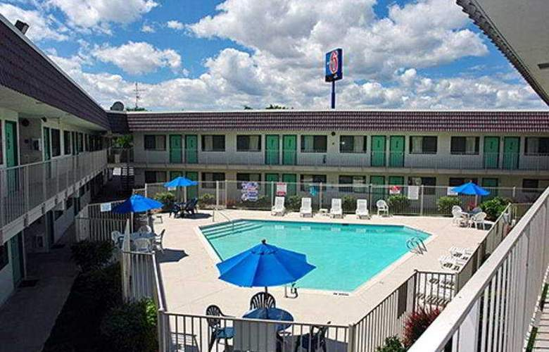 Motel 6 Reno Livestock Events Center - Pool - 3
