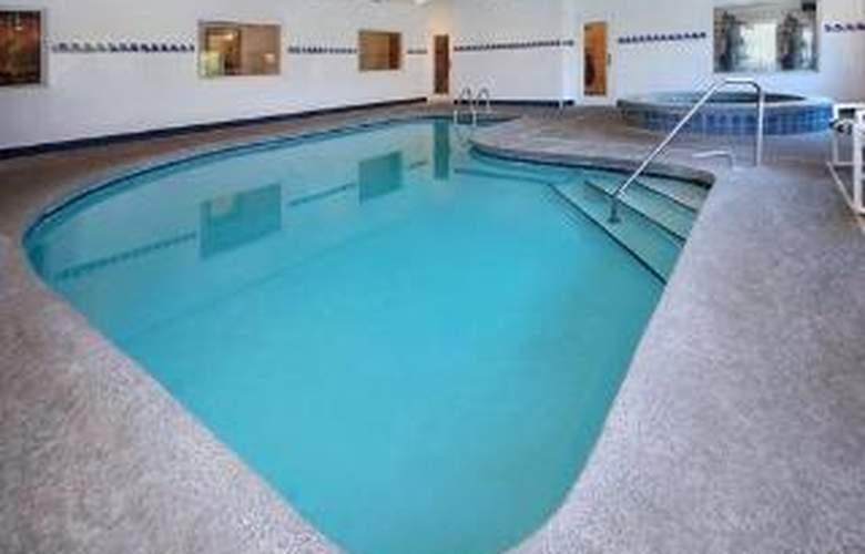 Clarion Inn & Suites - Pool - 6