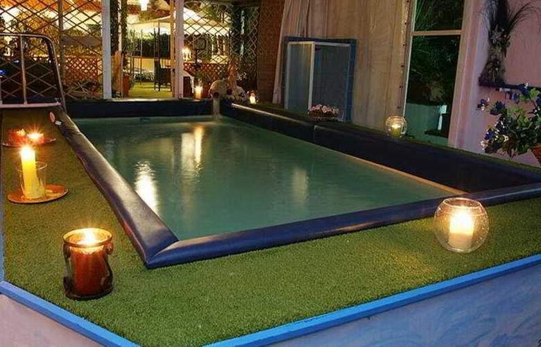 Lord Byron - Pool - 4