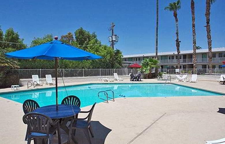 Motel 6 Scottsdale - Pool - 3