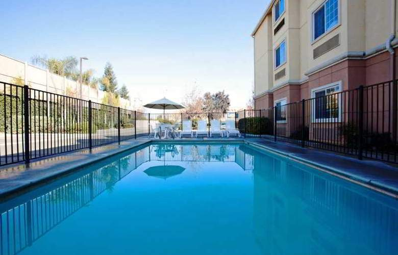 La Quinta Inn And Suites Tulare - Pool - 11