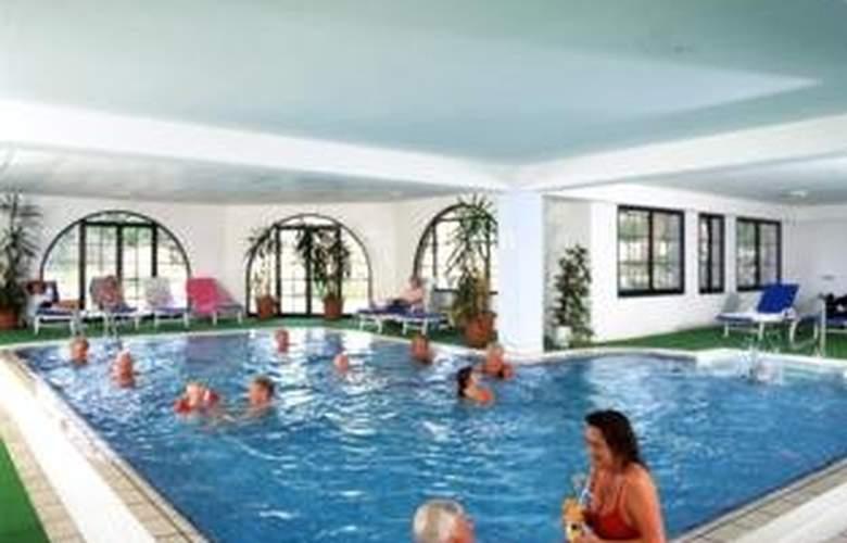 Mayfair Gardens - Pool - 1
