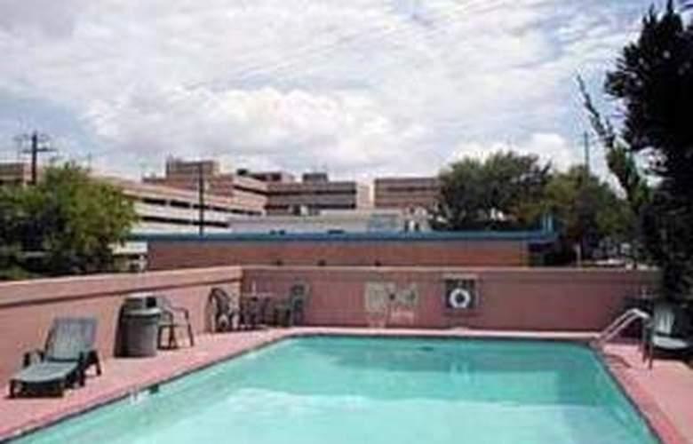 Rodeway Inn University/Downtown - Pool - 4