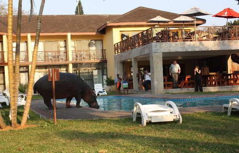 Elephant Lake Hotel - Pool - 7