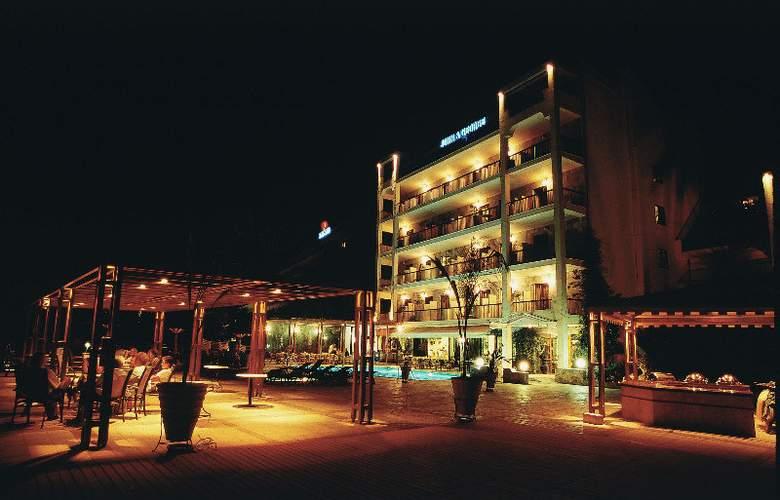 John & George - Hotel - 0