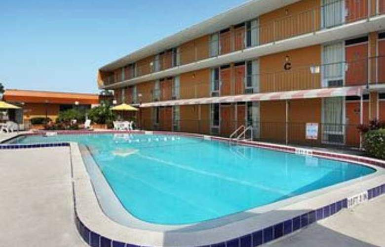 Howard Johnson International - Pool - 5