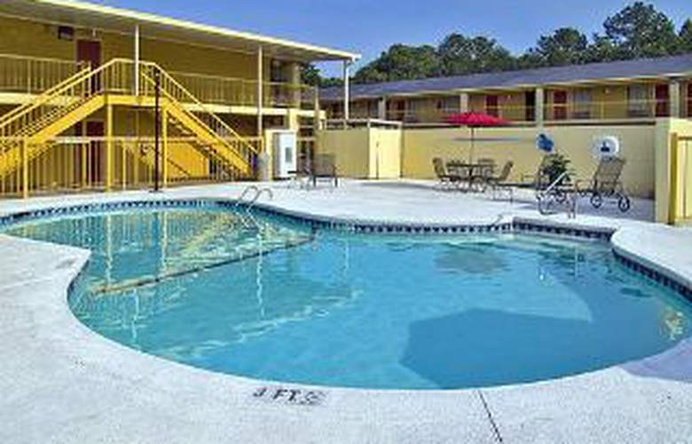 Econo Lodge Inn & Suites at Ft. Benning - Pool - 4