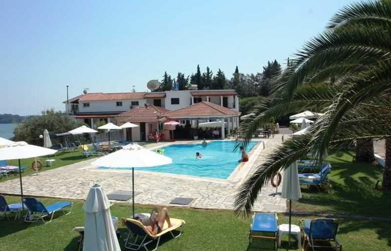 Yannis - Pool - 24