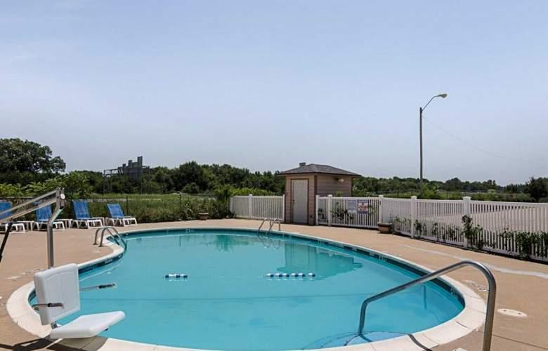 Quality Inn, Van Buren - Pool - 3