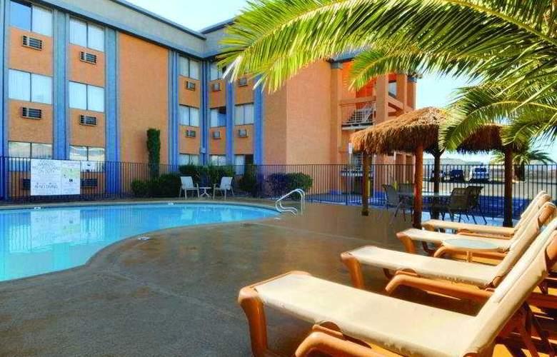 Best Western Orlando East Inn & Suites - Pool - 8