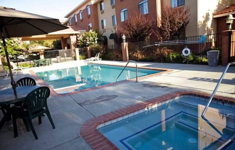 Comfort Suites UC Davis - Pool - 2