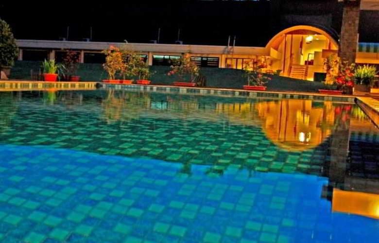Gowongan Inn Yogyakarta - Pool - 10