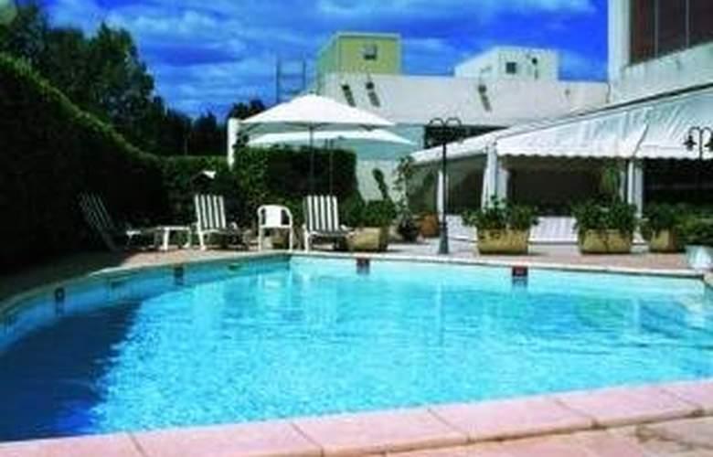 Holiday Inn Nimes Petite Camargue - Pool - 1