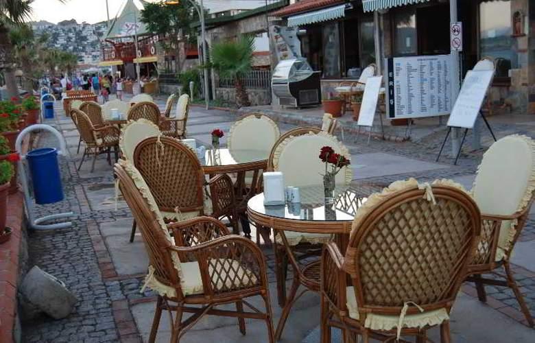 Eris Hotel - Terrace - 4