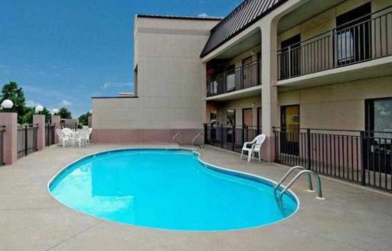 Quality Inn South - Pool - 4