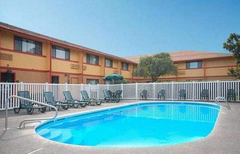 Quality Inn And Suites Airport - Pool - 2