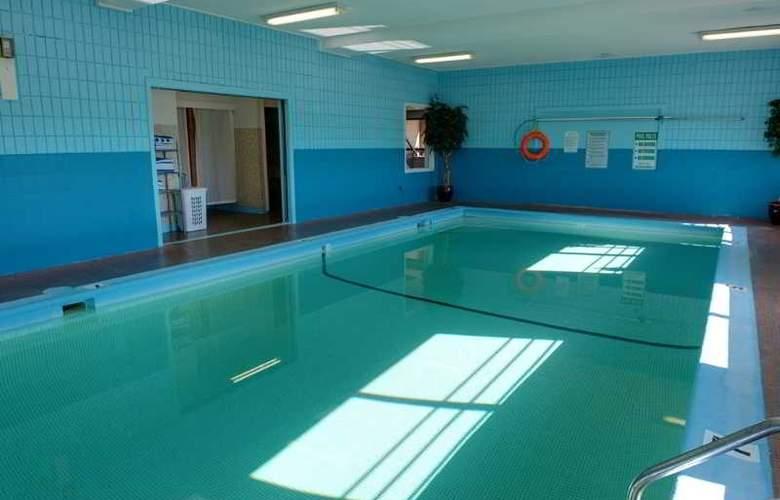 Sandman Inn Cranbrook - Pool - 5