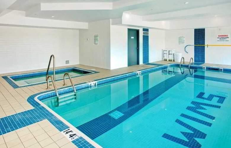 Sandman Signature Hotel & Suites Langley - Pool - 2
