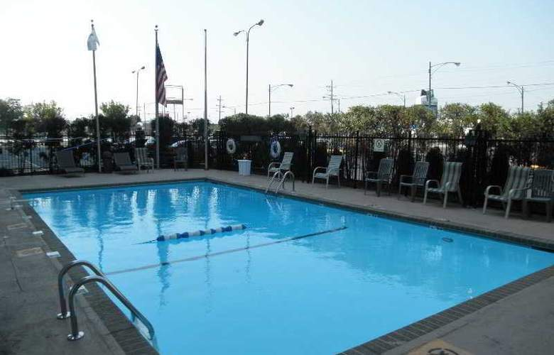 Quality Inn Midway Airport - Pool - 2
