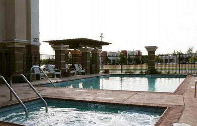 Hampton Inn and Suites Fresno - Pool - 3