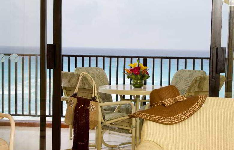 The Royal Islander - An All Suites Resort - Terrace - 5