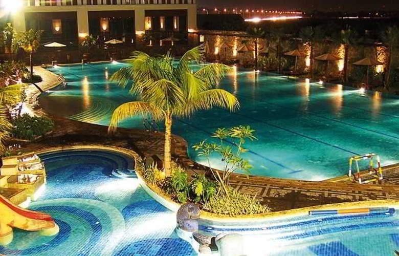 Santika Premiere Kota Harapan Indah - Pool - 2