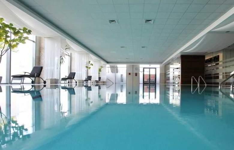 Holiday Inn Sofia - Pool - 39