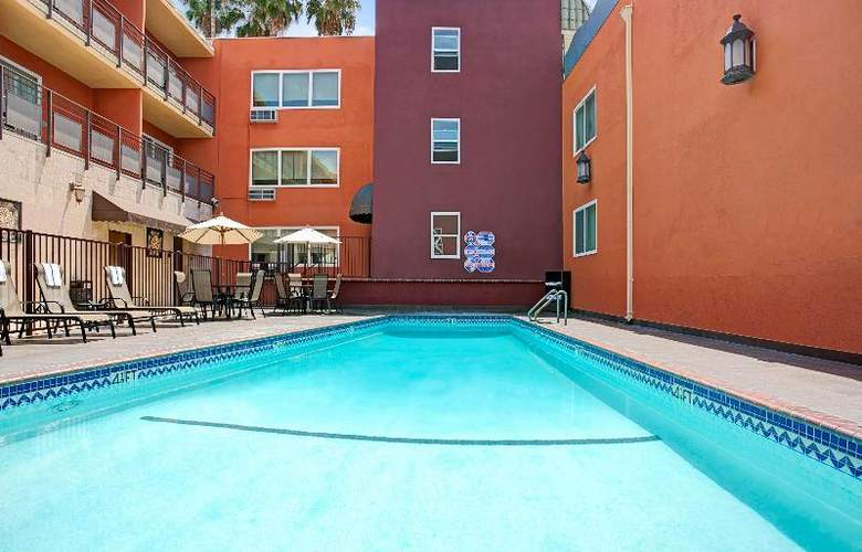 Ramada Downtown Los Angeles - Pool - 9