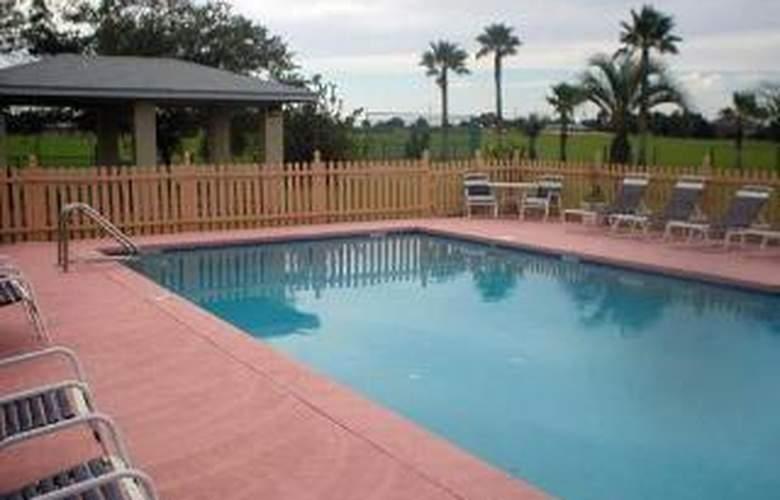 Rodeway Inn & Suites - Pool - 6