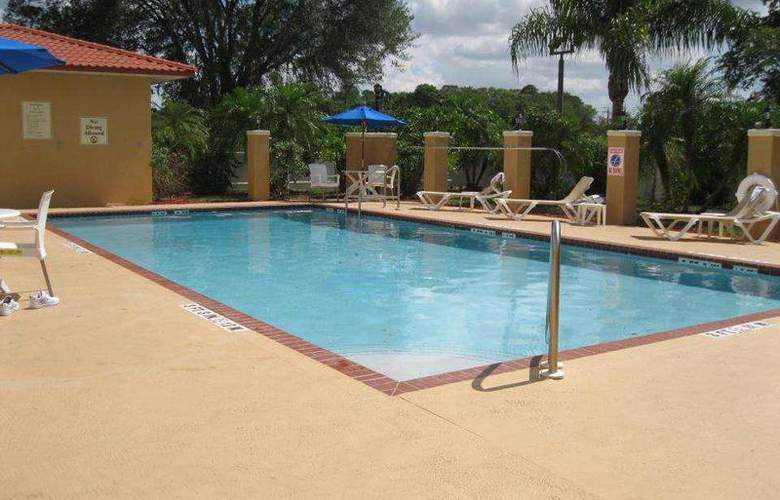Best Western Plus Bradenton - Pool - 92