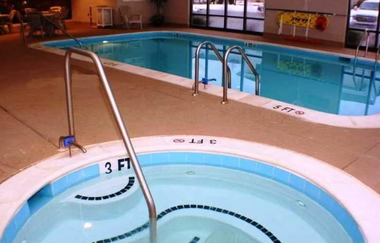 Hampton Inn Columbia - Pool - 7