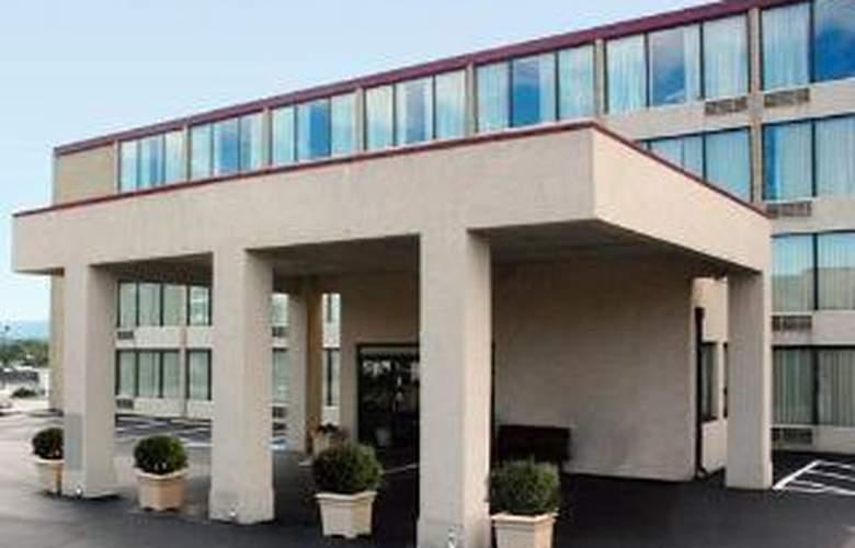 Econo Lodge Inn & Suites Outlet Village - Hotel - 0