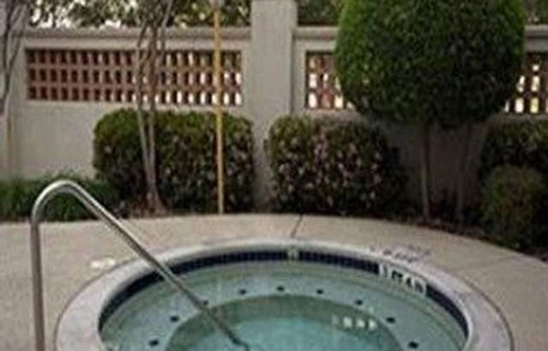 La Quinta Inn & Suites Dallas Arlington South - Pool - 10