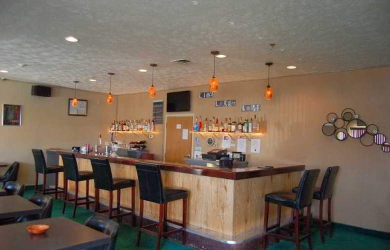 Quality Inn & Suites - Bar - 4