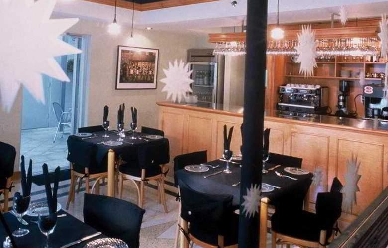 Crest Hotel Suites - Restaurant - 4