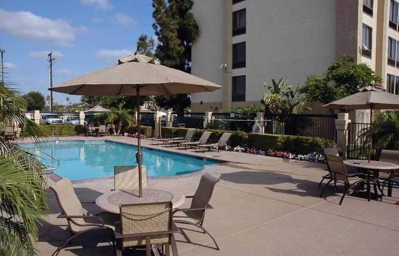 Comfort Inn & Suites - Anaheim - Pool - 1