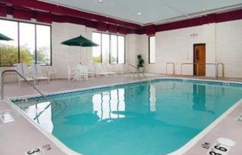 Comfort Inn Airport - Pool - 4