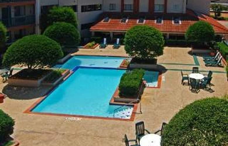 Econo Lodge  Inn & Suites Six Flags - Pool - 6