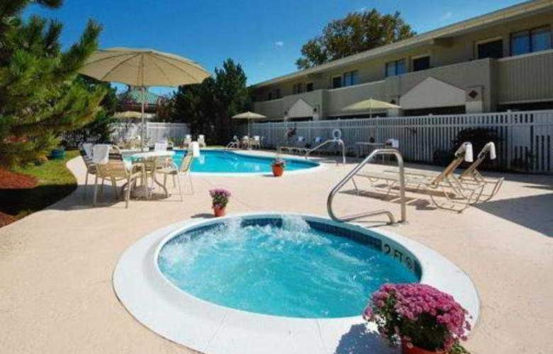 Quality Inn & Suites - Pool - 9