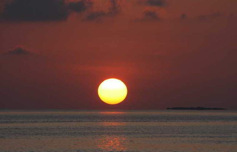 Komandoo Maldive Island Resort - Beach - 17