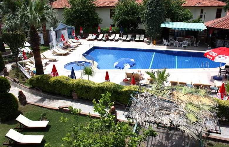 Majestic Hotel - Pool - 11