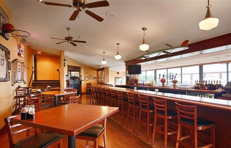Best Western Plus Agate Beach Inn - Bar - 90