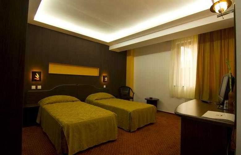Razvan - Room - 4