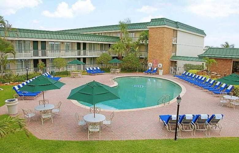 Holiday Inn Hotel & Suites Vero Beach-Oceanside - Pool - 10