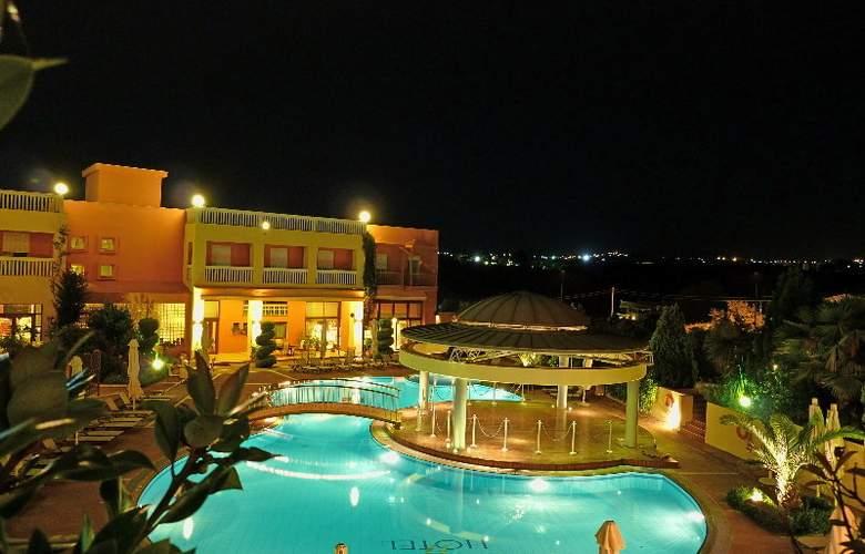 Ambassador Hotel - Pool - 19