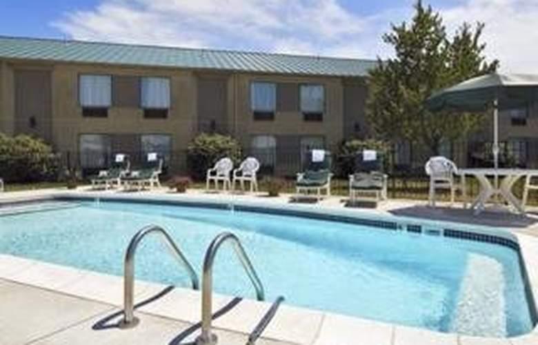 Sleep Inn & Suites Airport - Pool - 4