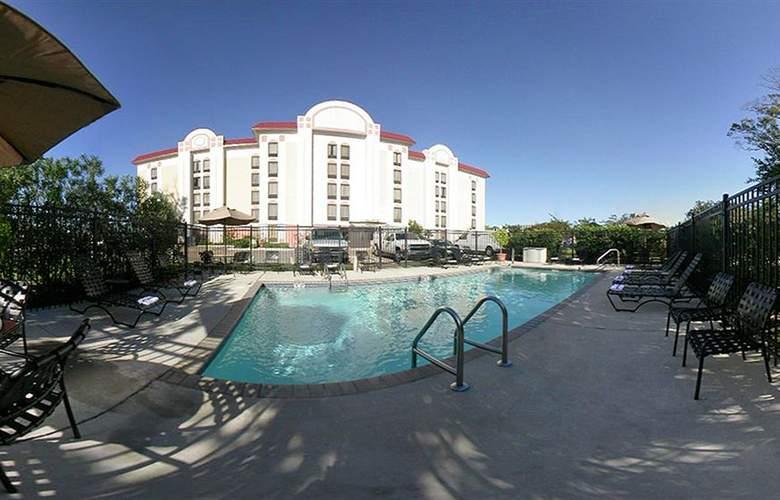 Comfort Suites University - Pool - 3