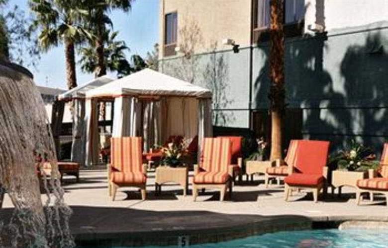 Hampton Inn Tropicana - Terrace - 7