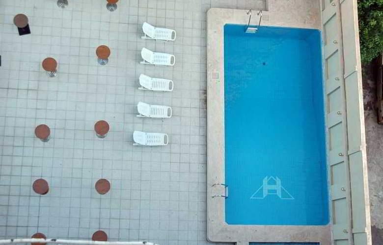 Akol - Pool - 2